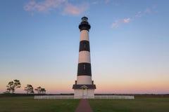 Ceglana ścieżka prowadzi Bodie wyspy światło przy zmierzchem fotografia stock