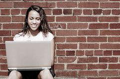 ceglana dziewczyny laptopu ściana Obrazy Stock