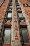 Ceglana fasada budynki w typowym Flanders's stylu i niebieskie niebo przy Bruges Fotografia Stock
