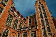 Ceglana fasada budynki w typowym Flanders's stylu przy Bruges Zdjęcie Stock
