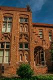 Ceglana fasada dom w typowym Flandryjskim stylu i niebieskie niebo w Bruges Zdjęcie Stock
