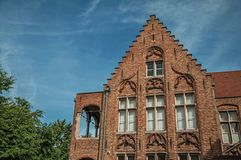 Ceglana fasada dom w typowym stylu Flanders's region i niebieskie niebo w Bruges Zdjęcie Royalty Free