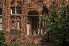 Ceglana fasada dom w typowym stylu Flanders's region i niebieskie niebo w Bruges Zdjęcia Stock