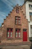 Ceglana fasada dom w typowym stylu Flanders's region w ulicie Bruges Zdjęcie Royalty Free