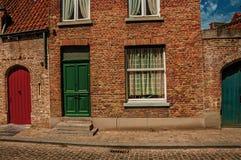 Ceglana fasada domy w Flandryjskim typowym stylu przy ulicą Bruges Zdjęcie Stock