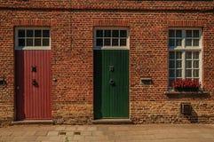 Ceglana fasada starzy domy i słoneczny dzień w ulicie Bruges Obrazy Royalty Free