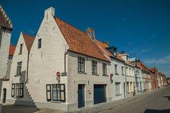 Ceglana fasada starzy domy z błękitnym pogodnym niebem w pustej ulicie Bruges Obraz Stock