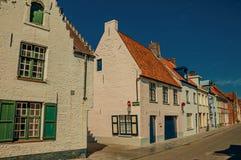 Ceglana fasada starzy domy z błękitnym pogodnym niebem w ulicie Bruges Zdjęcie Stock