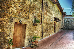 Ceglana fasada w wąskiej ulicie w San Gimignano Zdjęcie Stock