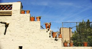 Ceglana fasada z garnkami na ulicie w Girona Fotografia Royalty Free