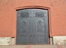 Ceglana fasada z metal bramą petersburg Rosji st Zdjęcia Royalty Free