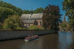 Ceglani domy i kanału most z łodzią w Bruges Obrazy Stock