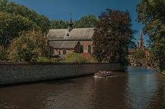 Ceglani domy i kanału most z łodzią w Bruges Zdjęcie Stock