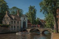 Ceglani domy i kanału most z łodzią w Bruges Fotografia Royalty Free