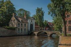 Ceglani domy i kanału most z ludźmi w Bruges Zdjęcie Stock