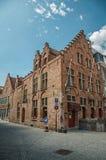 Ceglani domy w pustej ulicie i niebieskim niebie przy Bruges Obrazy Stock