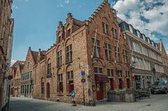 Ceglani domy w pustej ulicie i niebieskim niebie przy Bruges Obraz Stock