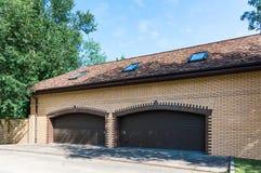 Ceglany żółty garaż zdjęcie royalty free