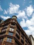 Ceglany budynek mieszkaniowy Przeciw niebu Zdjęcia Stock