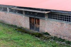 Ceglany dom z starymi drewnianymi drzwiami zdjęcia stock