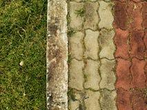 ceglany footpath z zieloną trawą Obraz Royalty Free