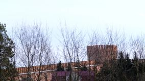 Ceglany forteca z round wierza na nieba tle Akcyjny materia? filmowy Czerwonej cegły kamieniarstwo Smolensk forteca na tle zbiory wideo