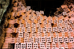 Ceglany kiln. inkasowy ustawiający czerwonych cegieł sterta w piekarnik fabryki b Obraz Royalty Free