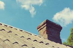 Ceglany komin na dachu Zdjęcie Stock
