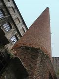 Ceglany komin zaniechana fabryka zdjęcie stock