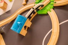 ceglany miasteczka zabawki pociąg drewniani pociągi w salowym boiska lub rozrywki centrum Dzieciniec lub preschool sztuki pokój z obraz royalty free