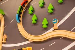 ceglany miasteczka zabawki pociąg drewniani pociągi w salowym boiska lub rozrywki centrum Dzieciniec lub preschool sztuki pokój z zdjęcia royalty free