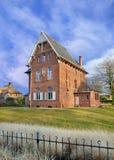 Ceglany parsonage przeciw chmurnemu niebieskiemu niebu, skudłacenia, Flandryjscy, Belgia obrazy royalty free