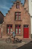 Ceglany stary dom i cyklista w Bruges Fotografia Stock