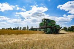 Ceifeira de liga em um campo de trigo Foto de Stock Royalty Free