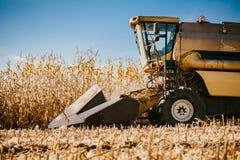 Ceifeira de liga industrial que trabalha nos campos Fazendeiro da agricultura que trabalha com maquinaria da ceifeira fotografia de stock
