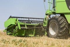 Ceifeira de liga que colhe o trigo no dia de verão ensolarado em Grécia Imagem de Stock