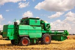 Ceifeira de liga que trabalha em um campo de trigo Foto de Stock