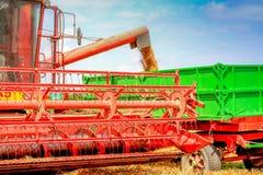 Ceifeira em um campo de trigo no céu azul Foto de Stock