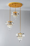 Золотое кристаллическое потолочное освещение, привесная лампа, кристаллическое освещение Œceiling ¼ chandelierï, привесное освеще Стоковые Фото