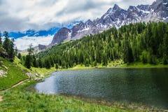 Ceillac miroir озера в queyras в alpes hautes в Франции стоковая фотография