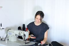 Ceinture de couture d'ouvrière couturière utilisant la machine à coudre Image stock
