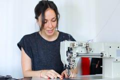 Ceinture de couture d'ouvrière couturière utilisant la machine à coudre Image libre de droits