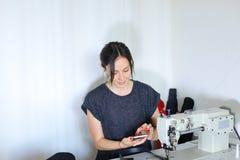 Ceinture de couture d'ouvrière couturière utilisant la machine à coudre Photographie stock libre de droits
