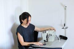 Ceinture de couture d'ouvrière couturière utilisant la machine à coudre Photos stock
