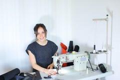 Ceinture de couture d'ouvrière couturière utilisant la machine à coudre Photo libre de droits