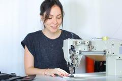 Ceinture de couture d'ouvrière couturière utilisant la machine à coudre Photographie stock