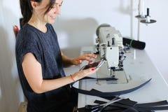 Ceinture de couture d'ouvrière couturière utilisant la machine à coudre Images libres de droits