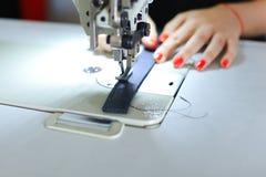 Ceinture de couture d'ouvrière couturière utilisant la machine à coudre Photo stock