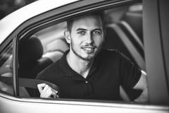 Ceinture de sécurité d'attache d'homme de passager dans la voiture, concept de sécurité photographie stock