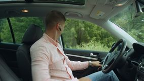 Ceinture de sécurité masculine sûre d'attache de conducteur dans la voiture clips vidéos